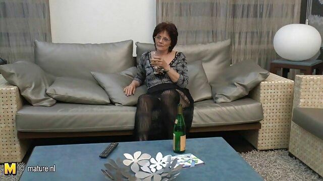 A Shemale A anya rajtakapja a fiát legnépszerűbb, ezért rossz angol nőt akarsz dugni.